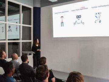 Wafa Mribah presenteert haar werk tijdens de Eonics Open Hack Night